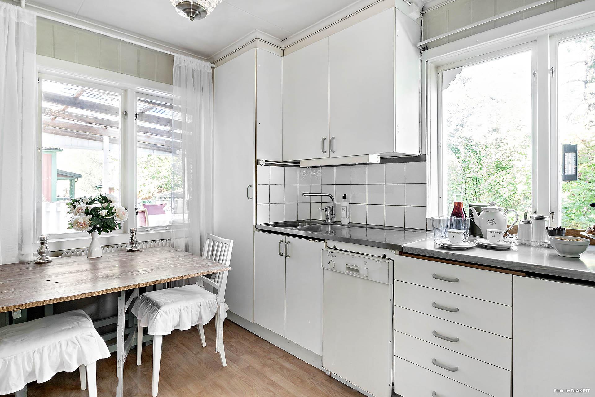 Fönster i flera väderstreck för ljus och rymd till köket