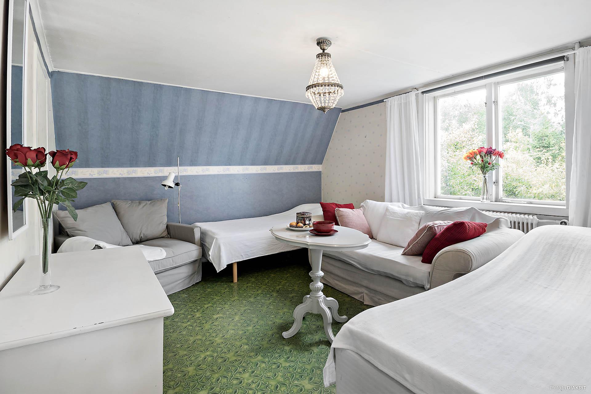 Extra sovrum med plats för två sängar, soffa, fåtölj och flertalet garderober