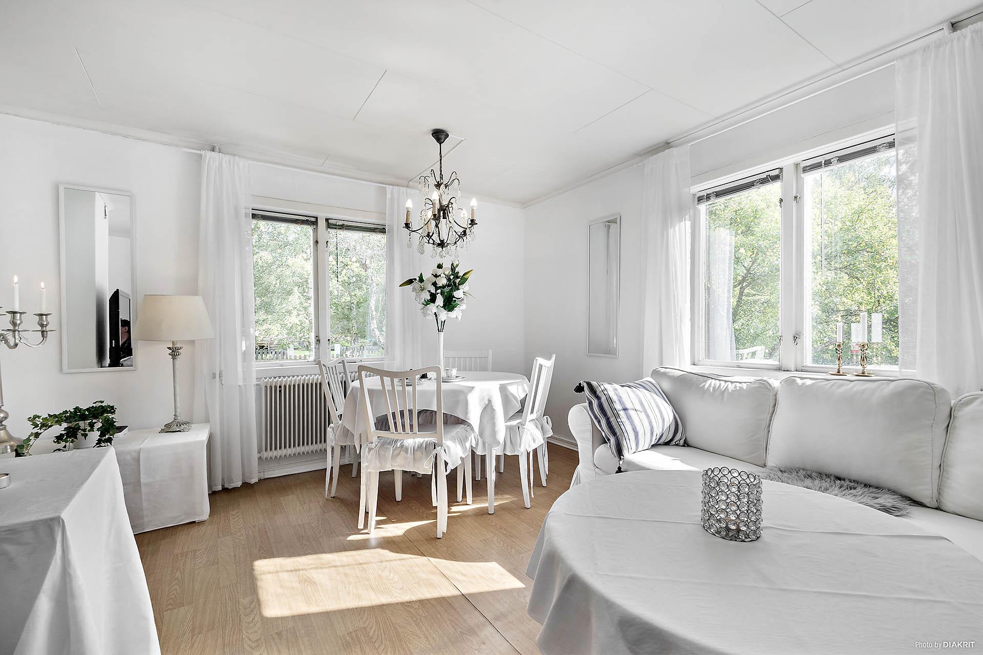Ljust och inbjudande vardagsrum för trivsamma sällskapsytor