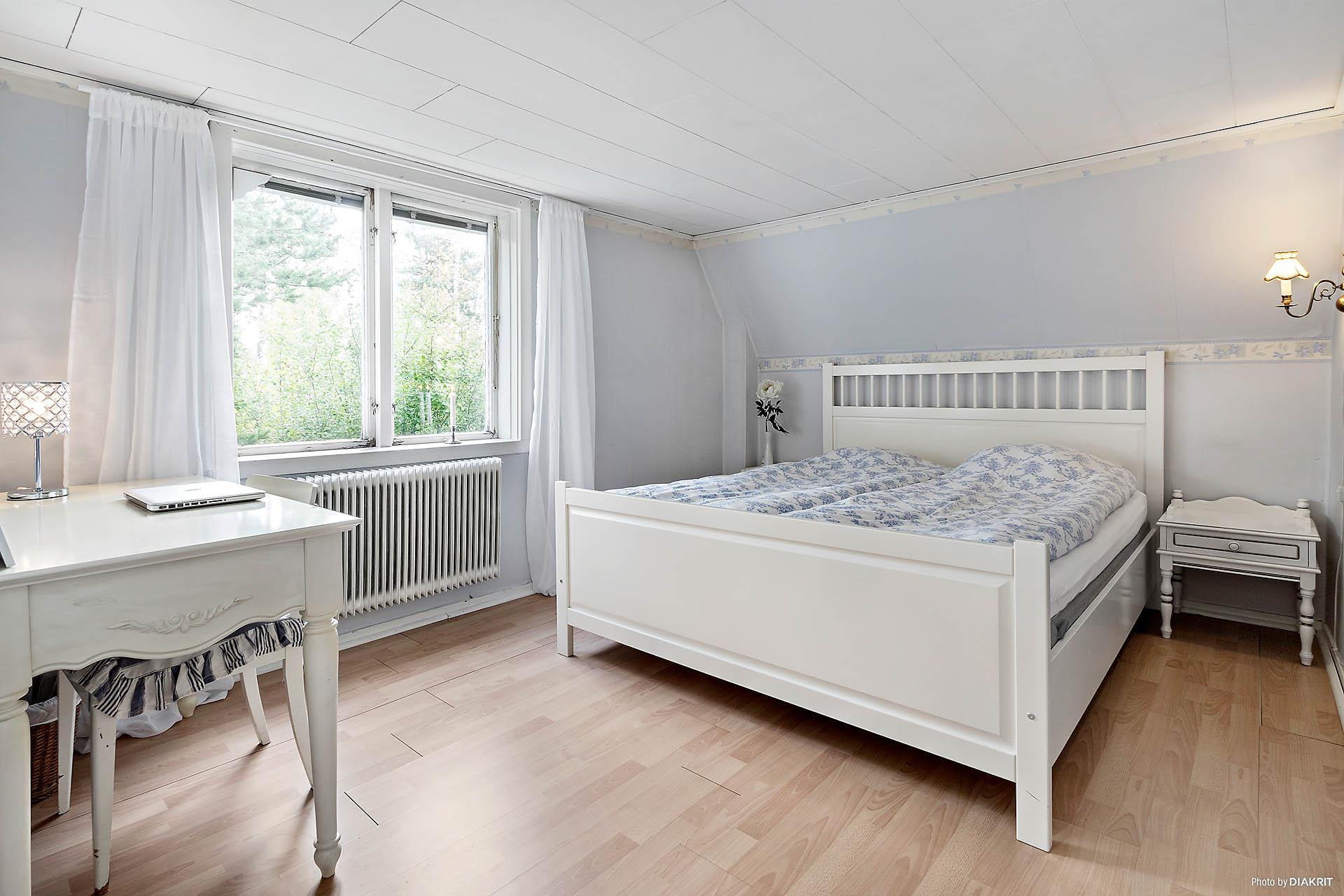 Rofyllt sovrum med sidogarderob