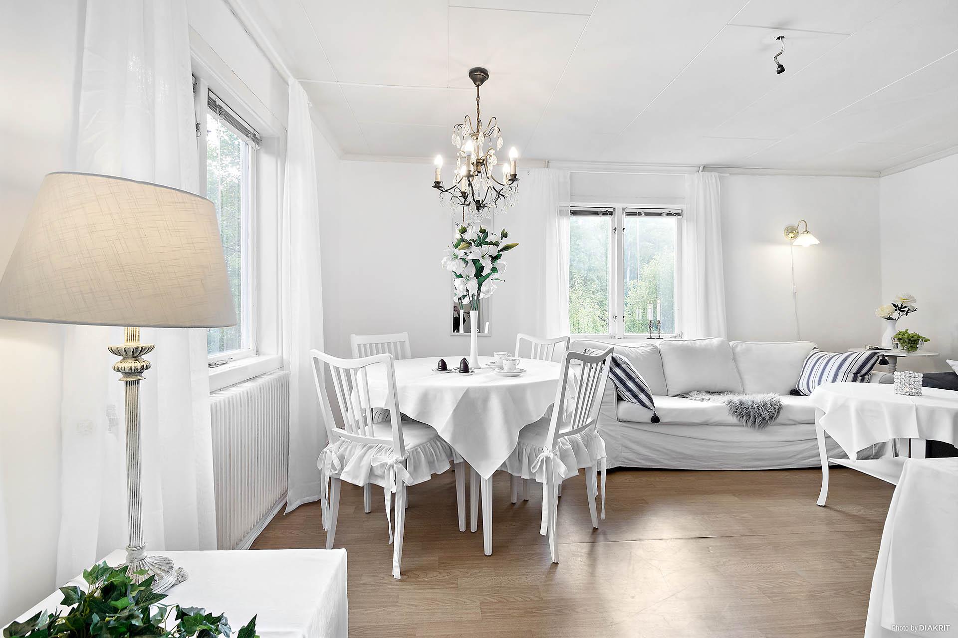 Vardagsrum med ljus och rymd med plats för upp till tre soffor