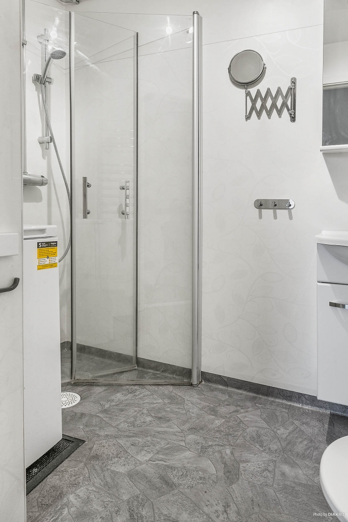 Renoverat duschrum med tvättmaskin.