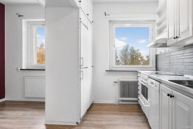 Stort och ljust kök med separat matplats.