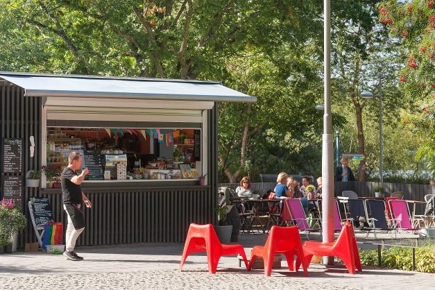 Ett café finns utanför huset i närheten av Fruktparken och Trekanten.