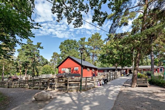 Gränsande till Nybohov till Aspudden med Aspuddsparken med 4H-gård med ponnyridning och många djur som katter, kaniner, grisar och höns