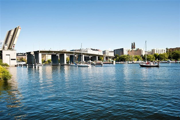 En kort promenad över Liljeholmsbron så är du i innerstan och Hornstull