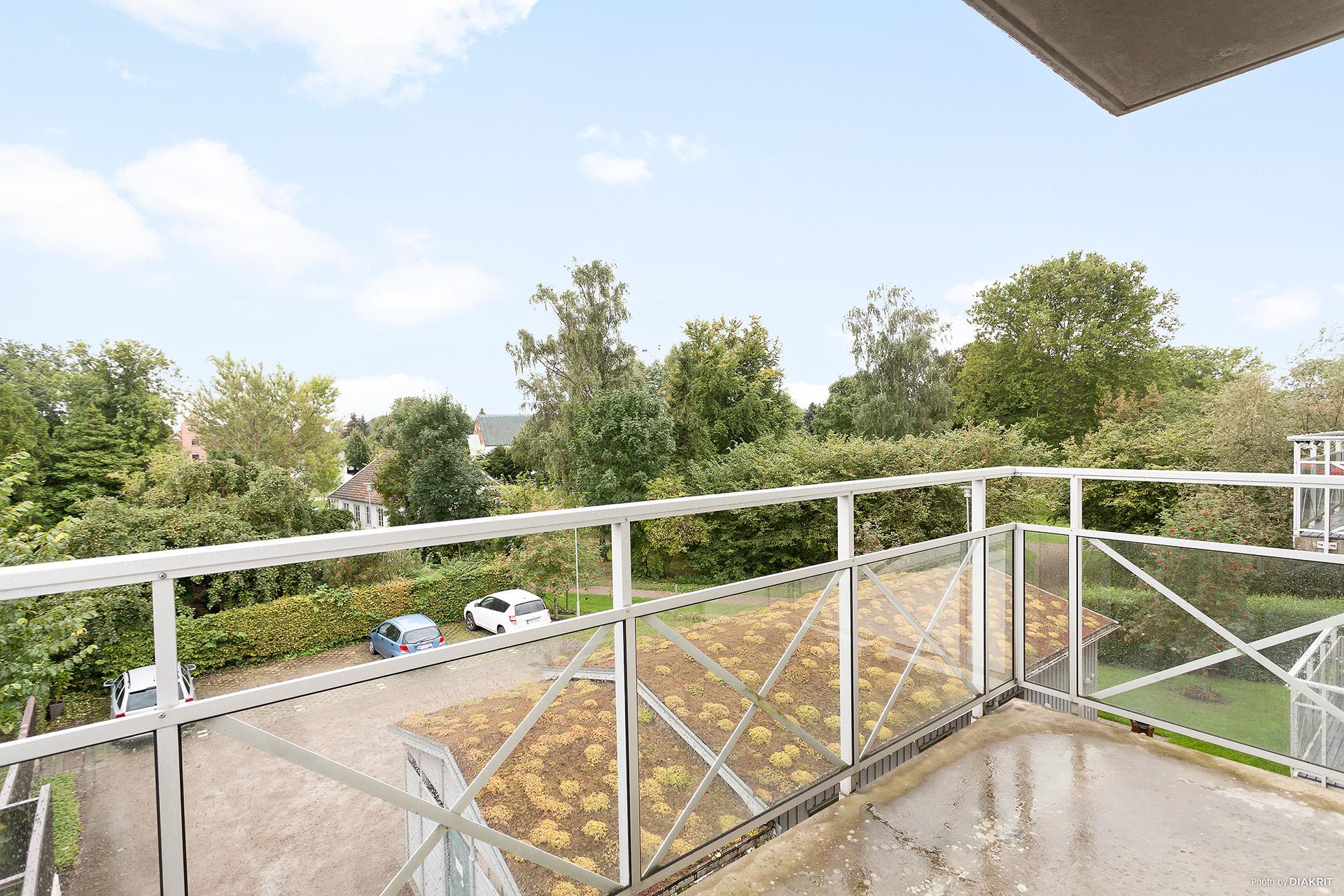 Balkong med söderläge. Fri utsikt.