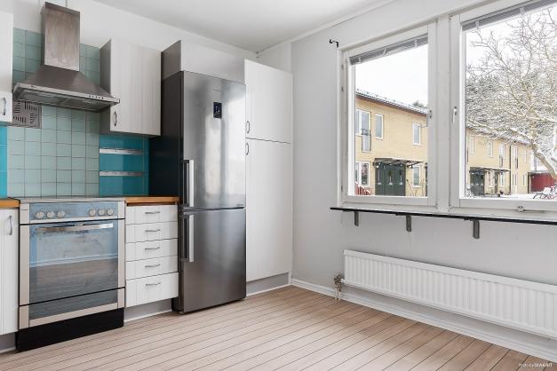 Kök med matplats invid fönster