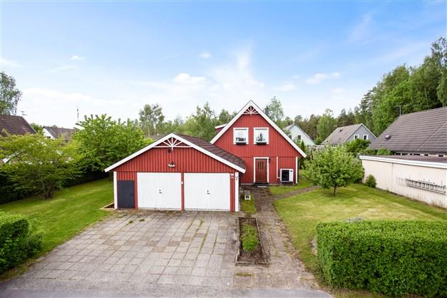 Villan omges av en fin och lättskött trädgård, här finns också ett stort dubbelgarage med vind och matkällare.