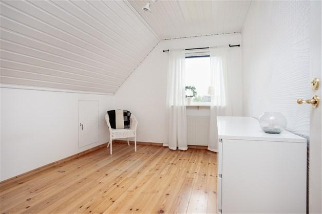 Sovrum 2 med fondvägg och lucka till takfoten.