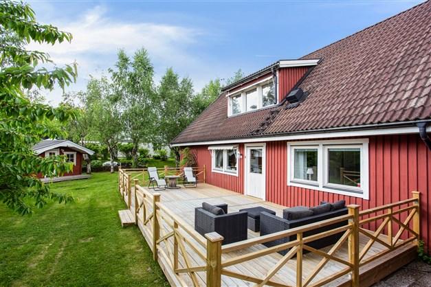Rymlig villa med dubbelgarage och bra läge på Stadsskogen I. Villan har en två altaner och insynsskyddad trädgård.