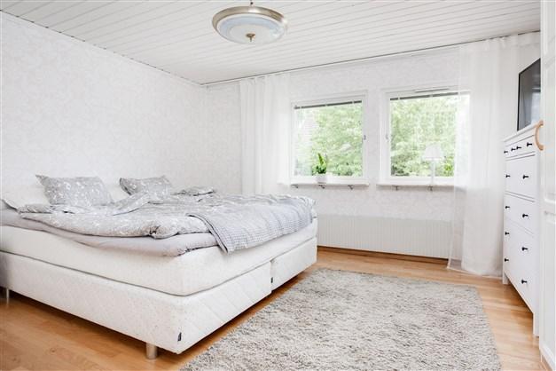 Sovrum 1 med fint parkettgolv och 3 garderober.