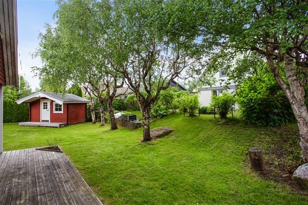 Mysig trädgårdstomt på gavel mot grannfastigheter.