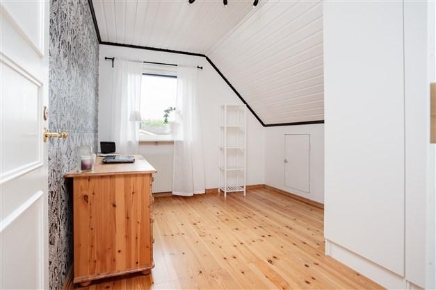 Sovrum 3 med 2 garderober och lucka till takfoten.