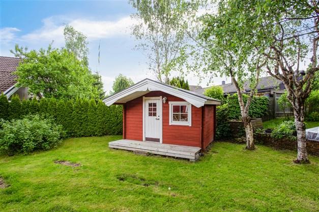 Gäststuga med liten veranda.