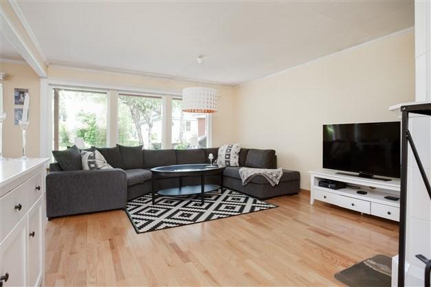 I vardagsrummet finns plats för en stor soffa för hela familjen!