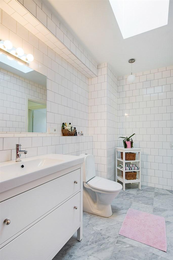Trevliga neutrala färger i badrummet.