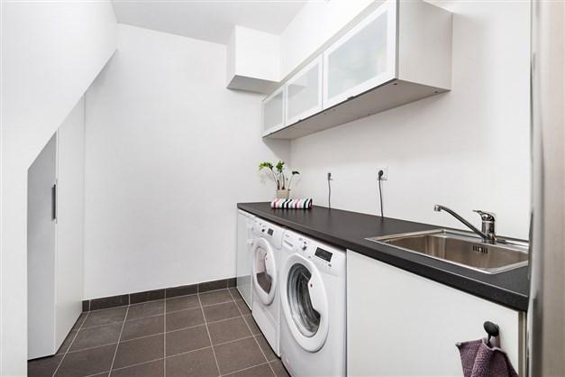Stor välplanerad tvättstuga/teknikrum. Klinker, mycket bra förvaringsutrymmen och avlastningsytor.