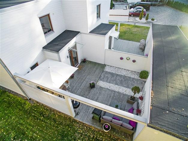 Trevlig innergård med terrass.