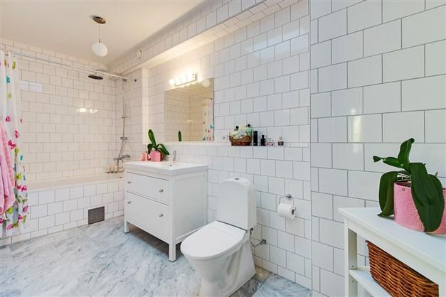 Exklusivt badrum på övre plan. Marmorgolv och kaklade väggar. Takfönster/lanternin.