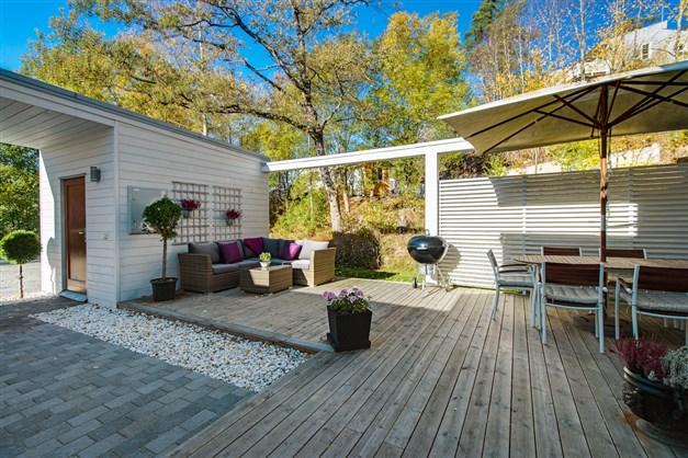 Innergården med trädäck och lättskötta planteringar.