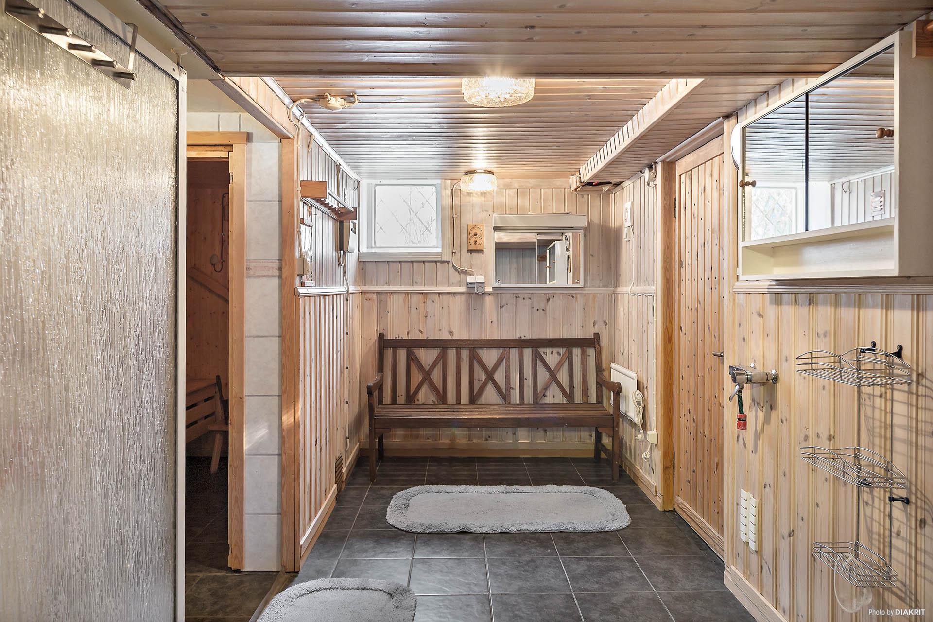 Bastu och duschhörn i källaren
