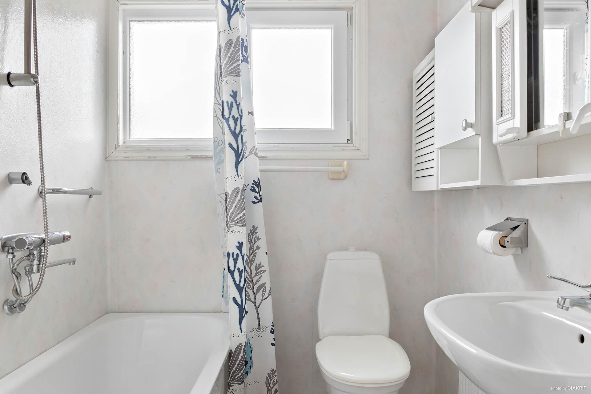 Badrum med badkar på övre plan.