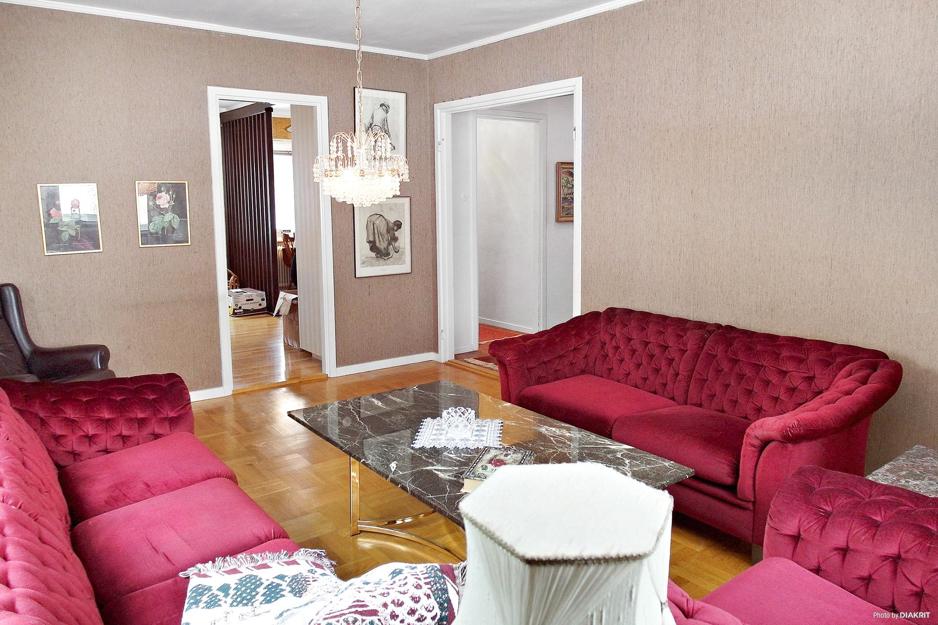 Vardagsrum mot matrum och hall.