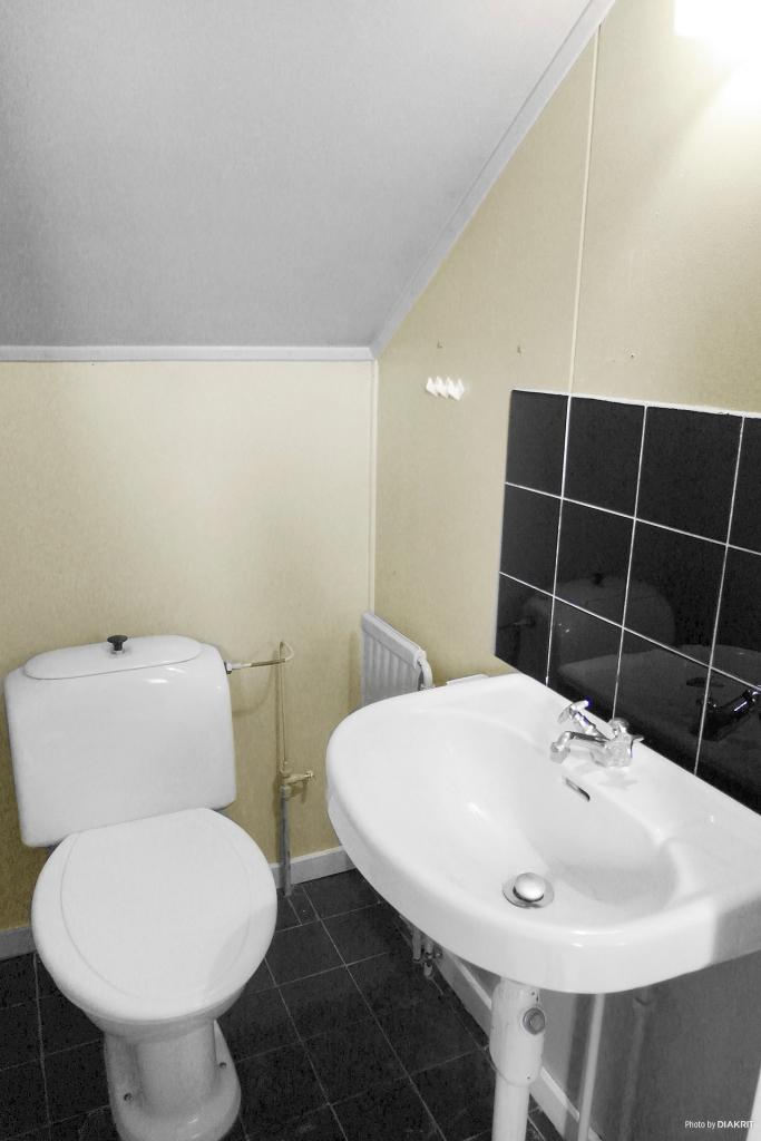 Liten wc på övervåningen.