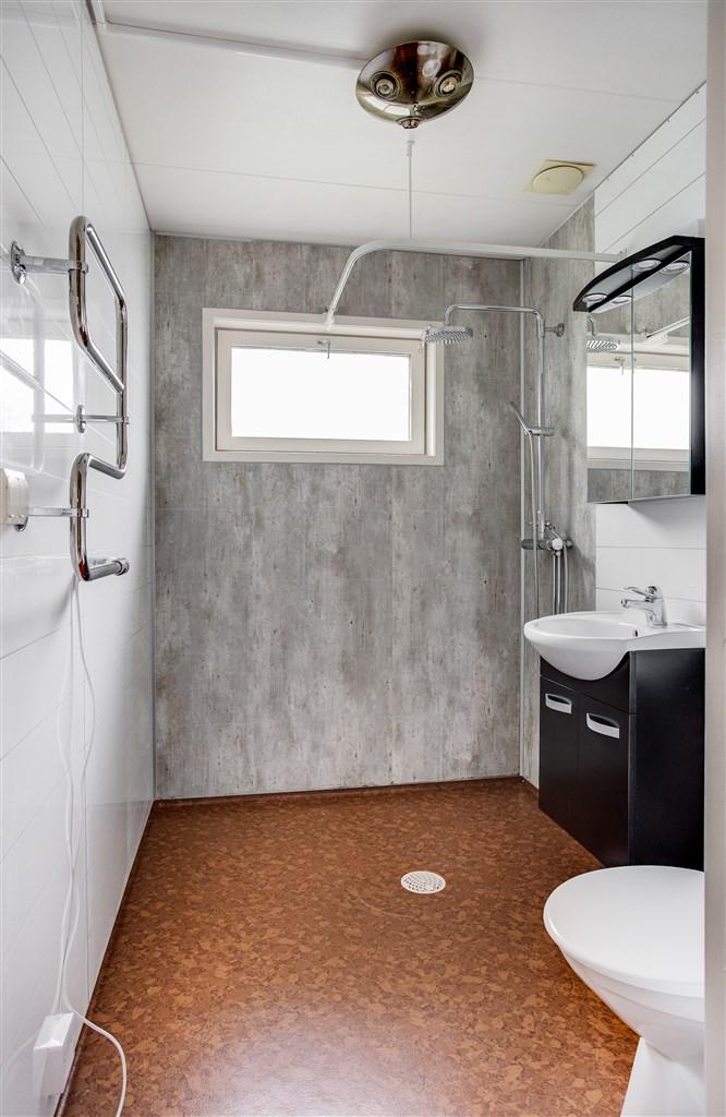 Dusch/wc, delvis renoverad.