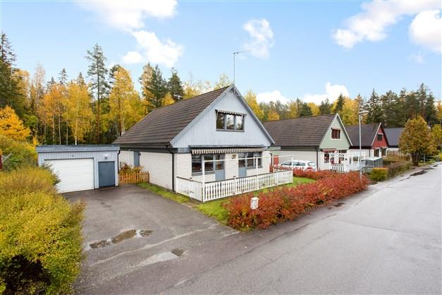 Välkommen till Blåbärsstigen 11! Här har ni en välskött villa med bra läge, 2 altaner och garage.