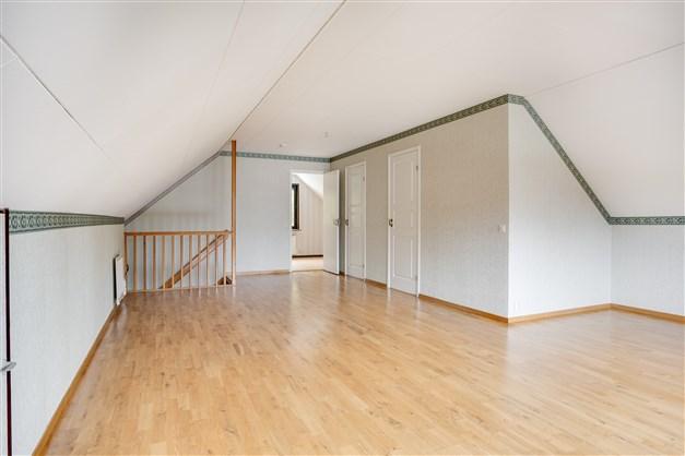 I allrummet finns möjlighet att göra fler rum för den som önskar. Här finns också en klädkammare och badrum.