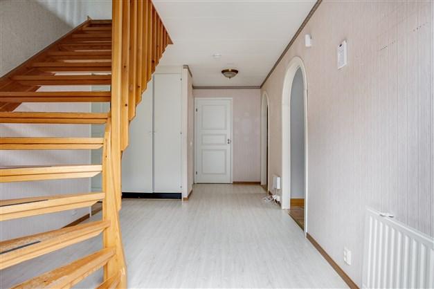 Ljus och rymlig hall med 2 garderober.