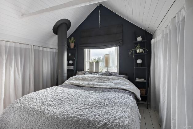 Sovrum med tak upp till nock
