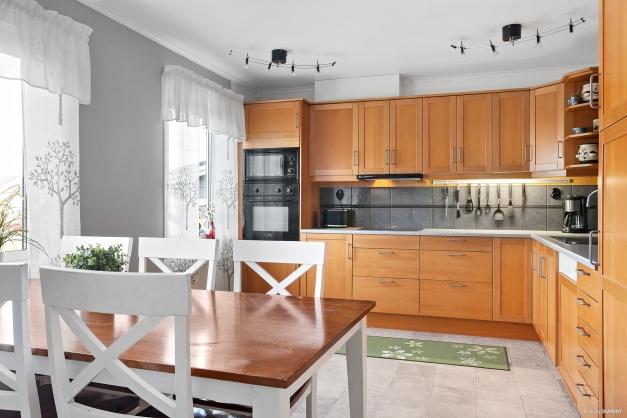 Kök med plats för stort matbord.