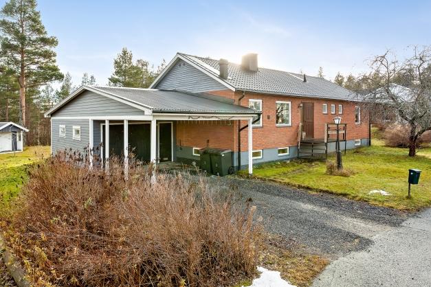 Rymlig villa med både garage och carport.