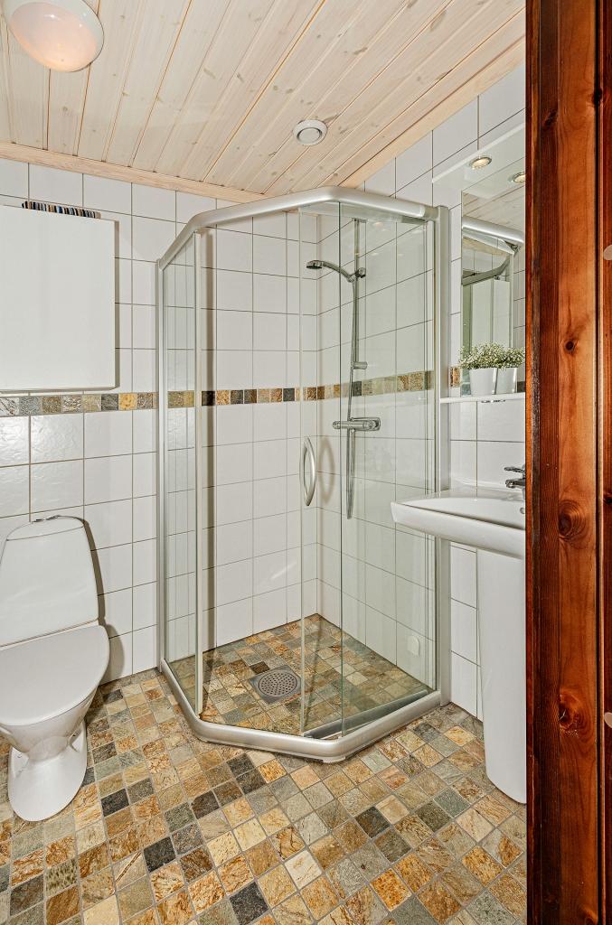 Badrum med dusch & WC