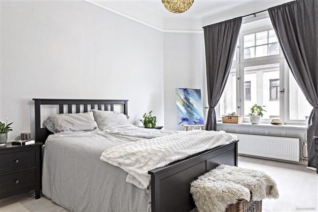 Luftigt sovrum med plats för dubbelsäng.