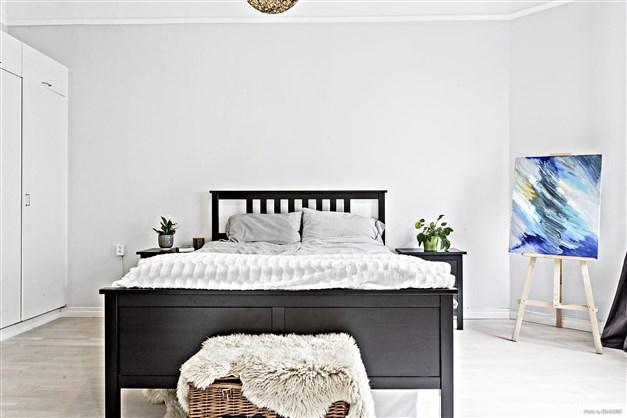 Sovrummet har en garderobsvägg, vilket ger utmärkta förvaringsmöjligheter.