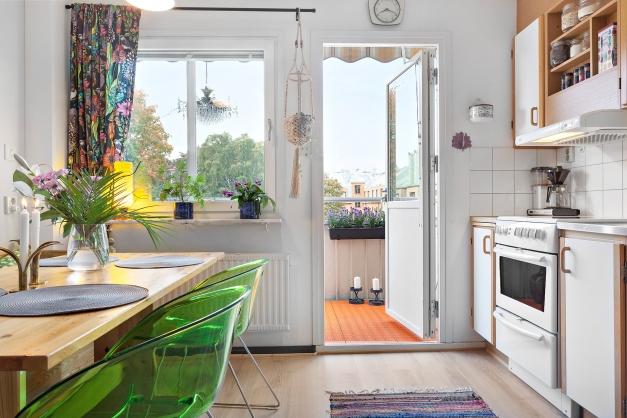 Kök med utgång till balkong