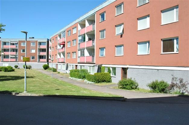 Översiktsbild/fasadbild med lägenhetens balkong i väster-/sydvästläge