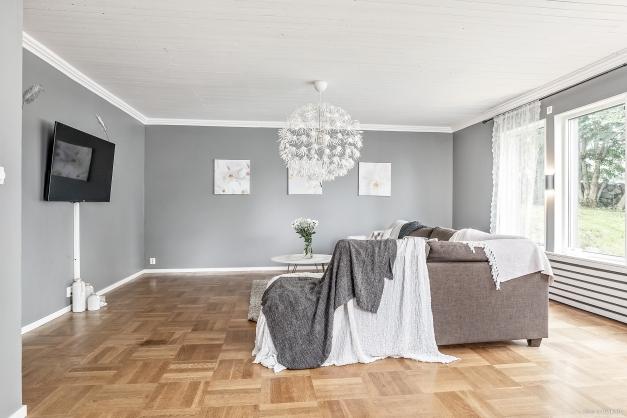 Vardagsrum med fint lagt parkettgolv