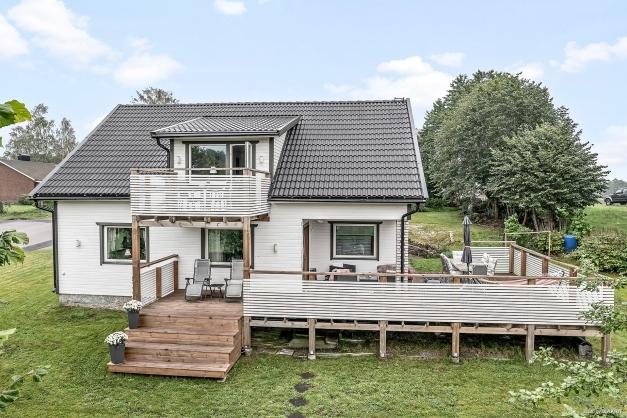 Välkommen till denna familjevilla där du bor med vacker natur runtom!