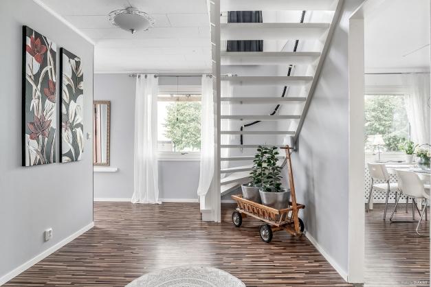 Trappa upp till ovanvåningen där sovrummen är samlade