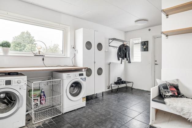 Stor och praktisk groventré/tvättavdelning