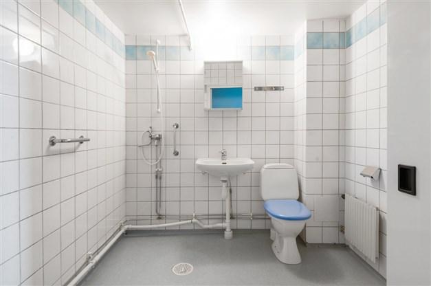 Duschrum med plats för badkar och tvättpelare. Stambytt 1995