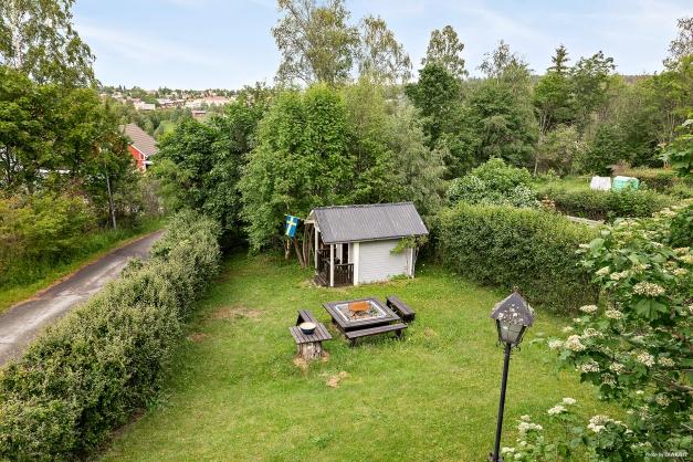 Utsikt över trädgården från balkongen