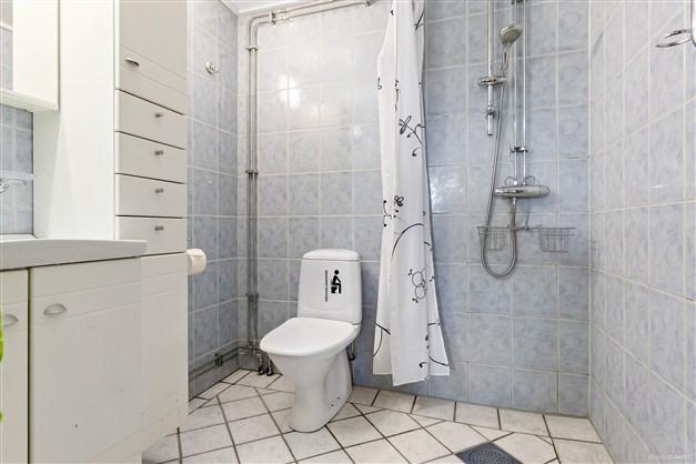 Kaklat duschrum på nedre plan