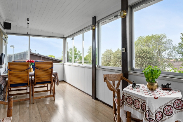 Rymlig inglasad balkong med fin utsikt