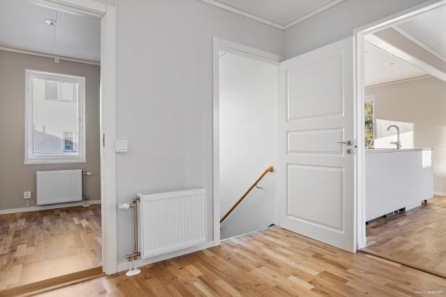 Lgh 6 - hall och trappa till källare